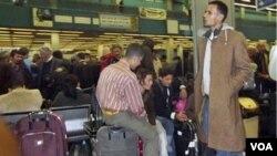Suasana di ruang tunggu Bandara Internasional Tripoli, Kamis (24/2). Berbagai negara mengerahkan transportasi khusus untuk membawa keluar warganya dari Libya.