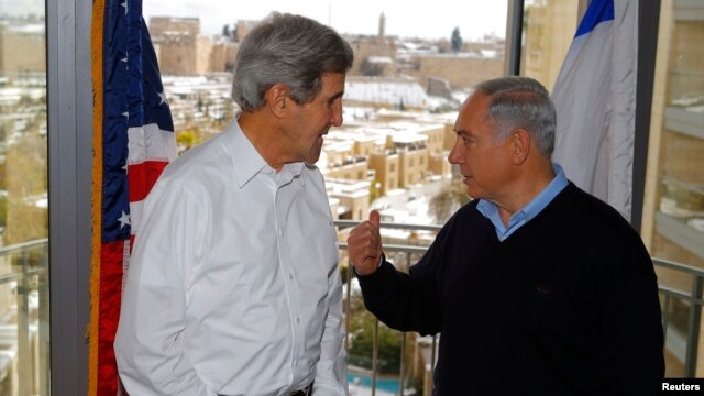 U.S. Secretary of State John Kerry (L) talks to Israeli Prime Minister Benjamin Netanyahu during a meeting from a room overlooking the snow-covered city of Jerusalem, Dec. 13, 2013.