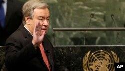 Antonio Guterres dilantik sebagai Sekretaris Jenderal PBB yang baru di markas PBB di New York hari Senin (12/12).