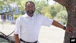 67 歲的Estrus Tucker 在德克薩斯州沃思堡的科莫社區拍照。人口普查局將發布有關美國人口變化的新數據。定於8 月12 日(星期四)公佈的數字將顯示,18 個州的數十個縣不再有多數族裔群體。(美聯社照片)