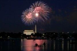 Bắn pháo hoa tại Đài tưởng niệm Lincoln và Washington trong ngày Lễ Độc lập ở thủ đô Washington, 4/7/2014.