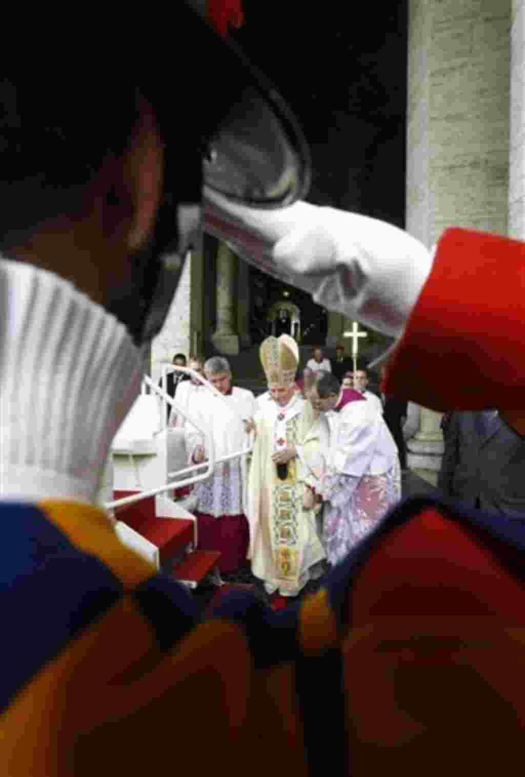 La Guardia Suiza del Papa Benedicto XVI saluda a su llegada a la misa de beatificación del fallecido Papa Juan Pablo II en la Plaza de San Pedro.