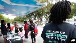 """En Hadley Park, Miami, se promociona la campaña """"Si a la 4"""", para promover la votación sobre la cuarta enmienda."""