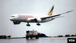 A Boeing 787 Dreamliner lands at Addis Ababa airport Aug.17, 2012