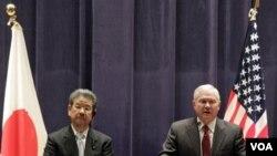 Menhan AS Robert Gates (kanan) didampingi Menhan Jepang Toshimi Kitazawa dalam konferensi pers di Tokyo, Kamis 13 Januari 2011.