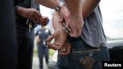 Un oficial arresta a un sospechoso en el sur de Los Angeles, California, el 25 de abril de 2012.