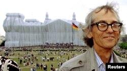 Крісто перед обгорнутим Рейхстагом у Берліні 26 червня 1995 р.