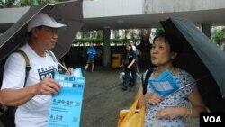 70歲的香港市民康女士(右)表示,受陳日君樞機等年長的毅行參與者感動 (美國之音湯惠芸拍攝)