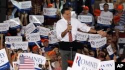 罗姆尼在维吉尼亚州的一次竞选集会上讲话