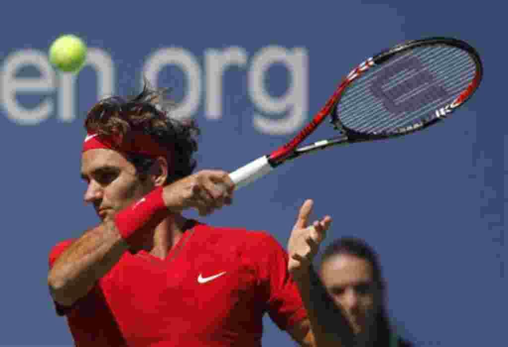 El suizo Roger Federer devuelve un disparo a Dudi Sela de Israel durante el torneo de tenis Abierto de EE.UU. en Nueva York, jueves, 1 de septiembre de 2011. (Foto AP / Mike Groll)