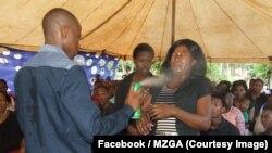 """Le """"prophète"""" Lethebo Rabalago de l'Eglise de l'Assemblée générale du Mont Zion (MZGA) de photos du """"prophète"""" en train de """"soigner"""" ses fidèles à grands jets, Limpopo, Afrique du Sud, 20 novembre 2016. (Facebook/MZGA)"""
