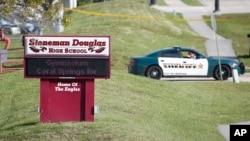"""El único guardia de seguridad armado permaneció afuera del edificio de estudiantes de primer año en la escuela Marjory Stoneman Douglas de Parkland, Florida, el día del tiroteo por """"más de cuatro minutos"""" mientras Nikolas Cruz, el sospechoso de la matanzaestaba dentro."""