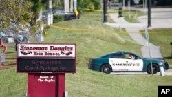 La policía bloquea la entrada a la escuela secundaria Marjory Stoneman Douglas en Parkland, Florida, el jueves, 15 de febrero de 2018.