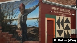 Many of the people coming to the Harriet Tubman Museum and Educational Center in Cambridge, Maryland, are inspired by an online image of the museum's mural by artist Michael Rosato. (M. Melton/VOA)