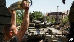 지난 6월 우크라이나 동부 도네츠크에서 친러 반군이 탱크에 무기를 싣고 있다. (자료사진)