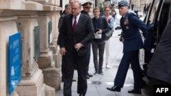 Маршалл Биллингсли (слева), специальный представитель президента США по контролю над вооружениями, прибывает на встречу США-Россия в Вене