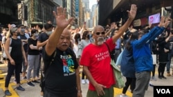 香港市民和上班族连续五日在中环快闪抗议表达五大诉求。(美国之音海彦拍摄)