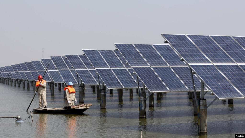 中國江蘇省連雲港一座池塘內的太陽能電池板。 (2016年3月16日)