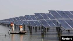 中国江苏省连云港一座池塘内的太阳能电池板 (2016年3月16日)