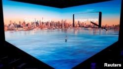 Koh Dong-jin, presiden Samsung Electronics' Mobile Communications memperkenalkan ponsel pintar the Galaxy Note 8 dalam acara peluncuran di New York, Amerika, 23 Agustus 2017.