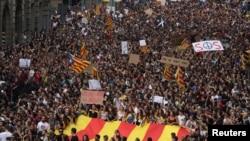 Des milliers de Catalans sont dans la rue pour protester contre les violences policières, en Espagne, le 3 octobre 2017.