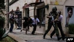 索馬里青年黨襲擊了內羅畢一家豪華酒店,肯尼亞安全部隊幫助人們逃離。 (2018年1月15日)