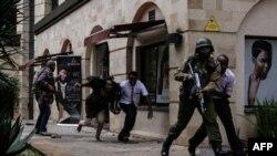 Abajejwe umutekano muri Kenya bariko barahungisha abantu i Nairobi, inyuma y'aho haturikiye bombe, Kw'itariki 15/01/2019.
