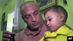 巴格达居民费拉斯为家人安全忧心
