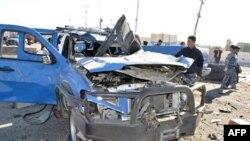 Một chiếc xe của cảnh sát bị hư hại sau vụ khủng bố bằng xe cài bom ở Ramadi