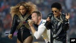 Beyoncé, Coldplay singer Chris Martin and Bruno Mars perform during halftime of the NFL Super Bowl 50 football game Sunday, Feb. 7, 2016, in Santa Clara, Calif. (AP Photo/Julio Cortez)