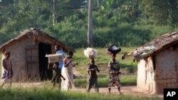 'Yan gudun hijira daga Ivory Coast ake gani a hoton nan, suna isa kasar Guinea.