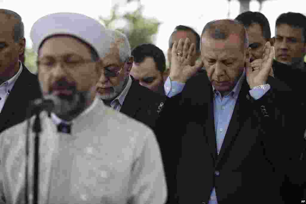 رجب طیب اردوغان رئیس جمهوری ترکیه که با محمد مرسی رئیس جمهوری پیشین مصر نزدیک بود، در استانبول برای مرگ او مراسم «نماز میت غیابی» برگزار کرد. او مصر را متهم کرد که مرسی را به قتل رسانده است.