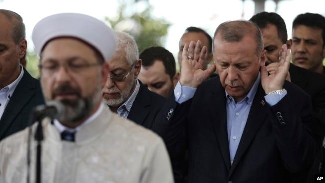 土耳其總統埃爾多安在伊斯坦布爾參加為穆爾西舉行的葬禮禱告。 (2019年6月18日)