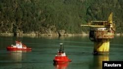 Kapal penyimpanan minyak mentah Brent Spar milik Royal Dutch Shell diderek ke Erjford Norwegia, Juli 1995. (Foto: Reuters)