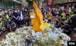 反送中运动首位牺牲性命的抗争者梁凌杰逝世一周年,网民在他堕下身亡的地点设置祭坛,挂上他死前穿着的黄色雨衣,供市民献花。 (美国之音/汤惠芸)