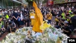 反送中運動首位犧牲性命的抗爭者梁凌杰逝世一周年,網民在他墮下身亡的地點設置祭壇,掛上他死前穿著的黃色雨衣,供市民獻花。(美國之音湯惠芸)