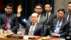 Đại sứ Trung Quốc tại Liên Hiệp Quốc biểu quyết trong một cuộc họp của Hội đồng Bảo an tại trụ sở Liên Hiệp Quốc ở thành phố New York, Mỹ, ngày 5 tháng 8, 2017.