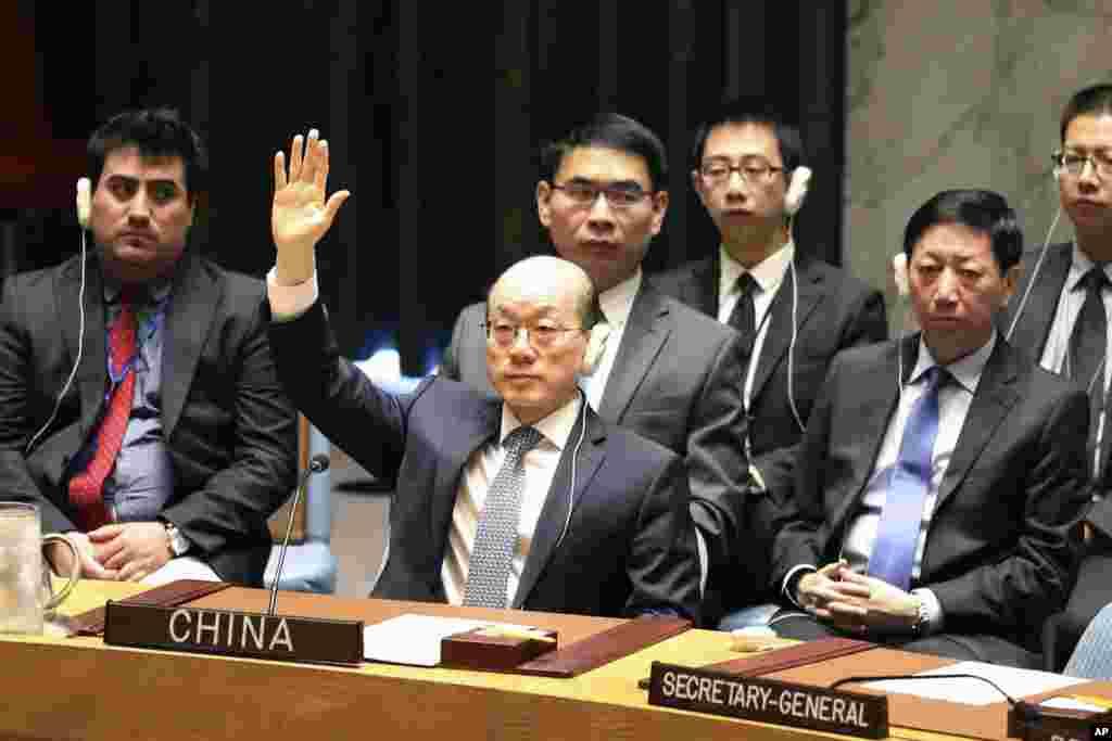中国常驻联合国代表刘结一在安理会表决制裁朝鲜决议时举手赞成(2017年8月5日)