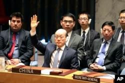 류제이 유엔주재 중국대사가 지난 8월 안보리에서 열린 대북추가제재 결의 표결에서 손을 들어 찬성 의사를 밝히고 있다.
