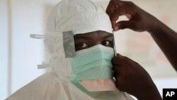利比里亚护士在处理埃博拉病人前做准备