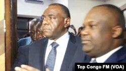 Jean-Pierre Bemba (D) et le président de la Commission électorale, Corneille Nangaa, lors du dépôt de sa candidature à la présidentielle, à Kinshasa, RDC, 2 août 2018.