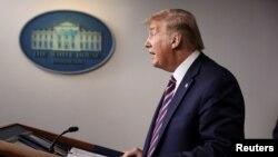 Presidenti Donald Trump duke folur në konferencën për shtyp