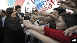 La presidenta argentina, Cristina Fernández, saluda a sus partidarios al inaugurar una planta de energía en San Juan.