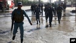 Polisi Afghanistan memeriksa lokasi serangan bom bunuh diri di Kabul, 20 June lalu (foto: dok).