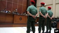 Các binh sĩ Indonesia đang nghe các thẩm phán tòa án quân sự ở Yogyakarta tuyên án, 5/9/13