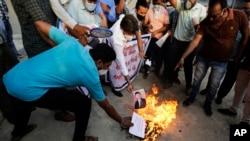 印度抗议者在阿穆达巴焚烧中国领导人习近平的画像。(2020年6月16日)