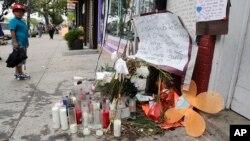 Des bougies en souvenir d'Eric Garner mort sur ce trottoir après avoir été étranglé par un policier qui l'arrêtait pour vente illicite de cigarettes à Staten Island, New Yrok le 1er août 2014.