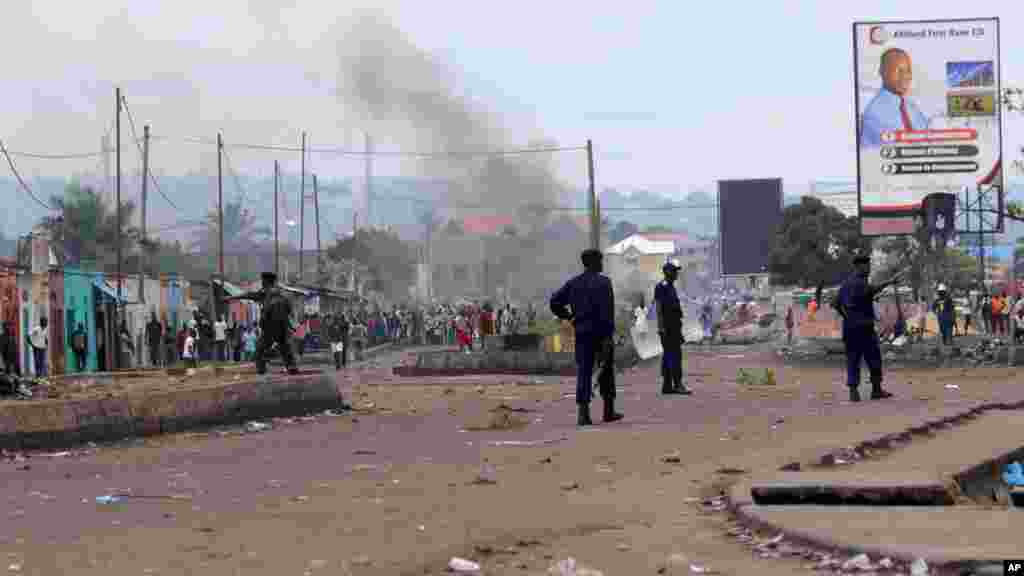 Les policiers sont en patrouille, lors d'une manifestation, à Kinshasa, le 19 septembre 2016.