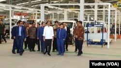 Presiden Jokowi meninjau Pabrik mobil Esemka di Boyolali, Jumat, 6 September 2019. (Foto: VOA/Yudha)