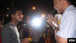 Ông Vincent Wijeysingha tặng người qua đường một đóa cúc vàng để nhắc nhở rằng dù đã xảy ra vụ bạo động trong tuần qua Singapore vẫn là nơi an bình